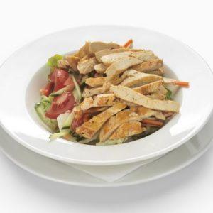 Friss, kevert, vegyes saláta csirkemell csíkokkal